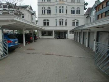 Parkplatz der Villa Sirene; zur Wohnung gehört eine Duplexgarage