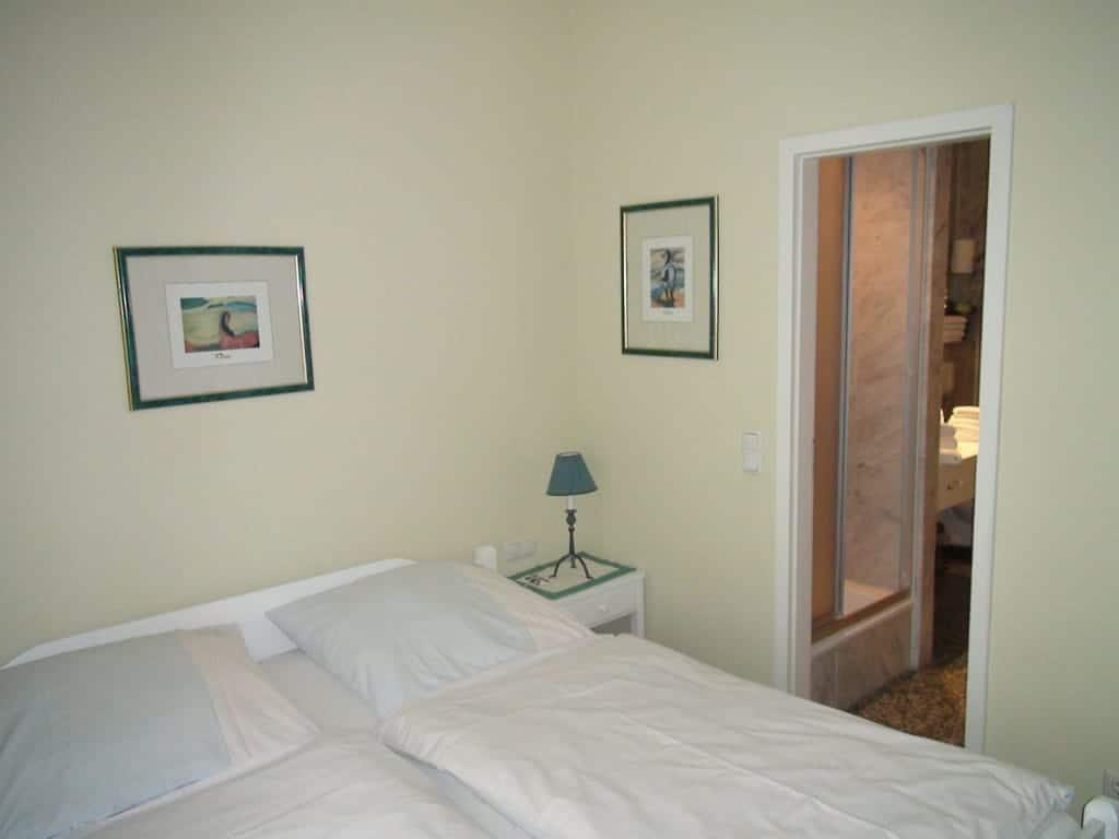 Villa Sirene Ferienwohnung: Doppelbett-Schlafzimmer mit Bad en suite