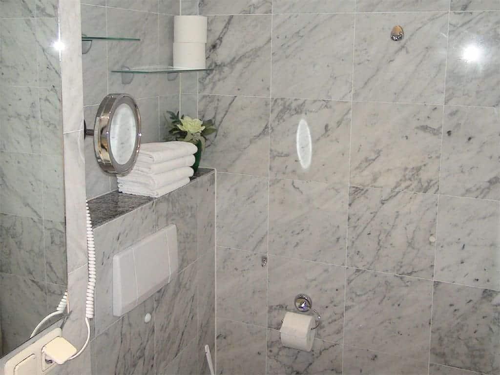 Villa Sirene Ferienwohnung: Badezimmer mit Dusche und WC